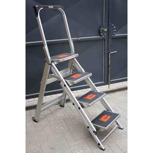 sicherheits trittleiter mit 4 stufen mehrgenerationentreppe klapptrep. Black Bedroom Furniture Sets. Home Design Ideas